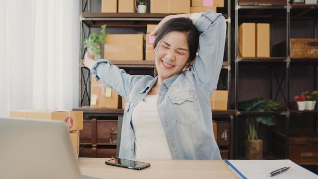 Aziatische ondernemers bedrijfsvrouw die haar lichaam na antwoordvraag van de klant uitrekken
