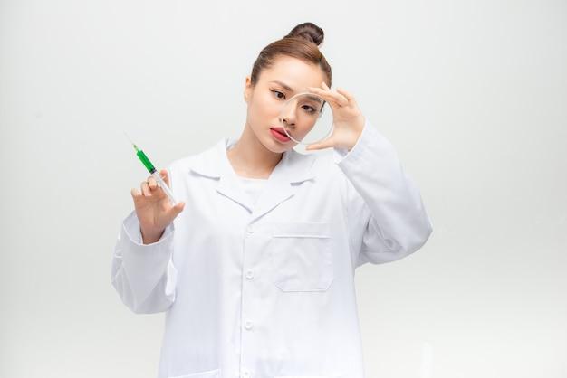 Aziatische onderzoeker die met chemicaliën werkt