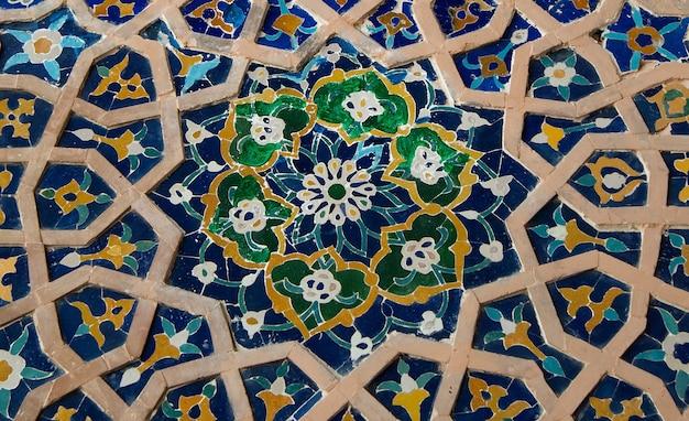 Aziatische oude keramische mozaïek. elementen van oosters ornament op keramische tegels
