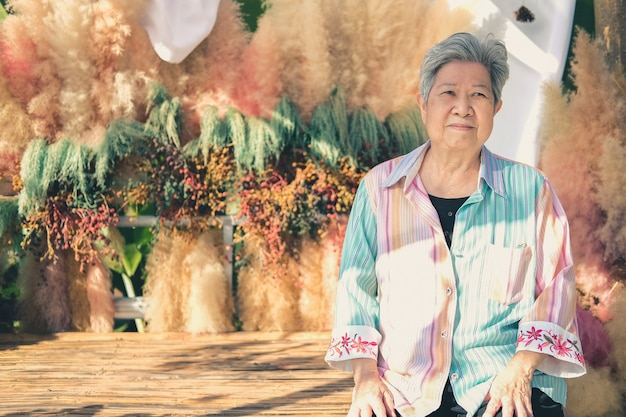 Aziatische oude oudere vrouw bejaarde vrouw ontspannen rusten op terras balkon. senior vrije levensstijl