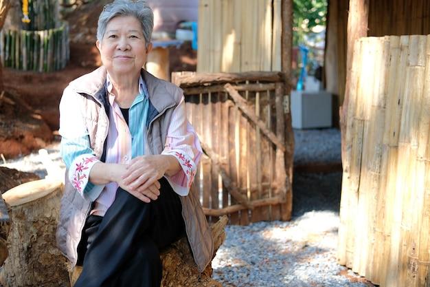 Aziatische oude oudere vrouw bejaarde vrouw ontspannen rusten op terras thuis. senior vrije levensstijl