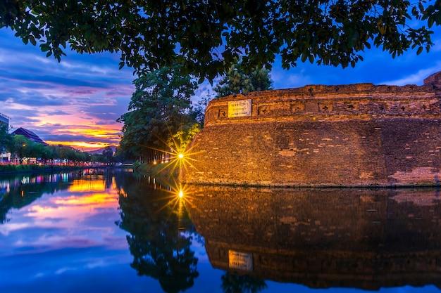 Aziatische oude stads oude muur en gracht