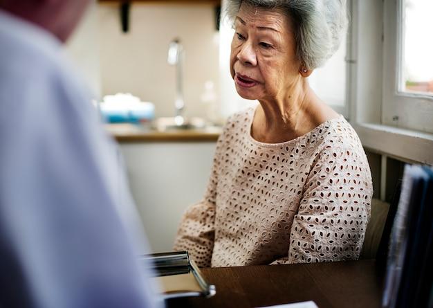 Aziatische oude vrouw in het ziekenhuis