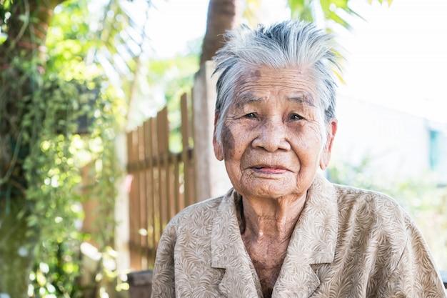 Aziatische oude vrouw