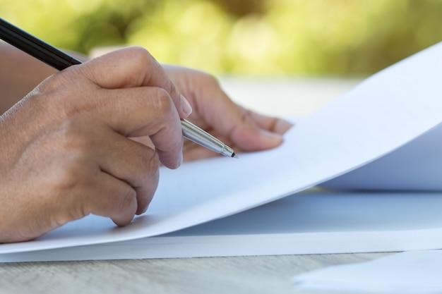 Aziatische oudere zakenvrouw of universiteitsstudent documenten lezen