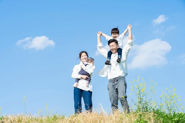 Aziatische ouders en kinderen die een wandeling maken met een glimlach