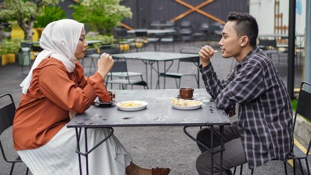 Aziatische paar gelukkige dating ontmoeten elkaar in café