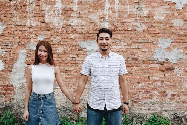 Aziatische paar hand in hand samen