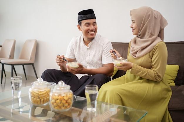 Aziatische paar moslim breken het vasten