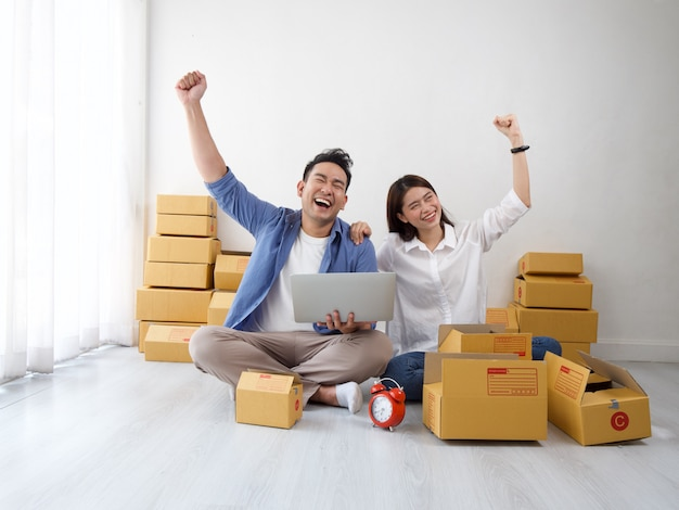 Aziatische paar online winkelende zaken