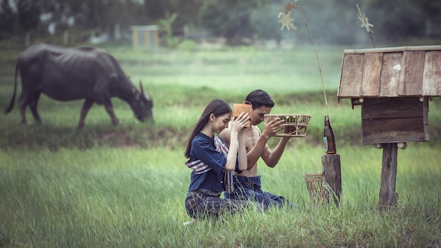 Aziatische paar op het platteland van thailand
