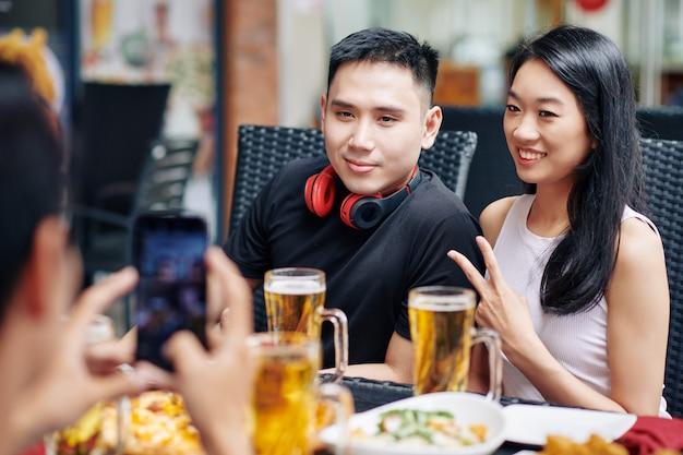Aziatische paar poseren op camera