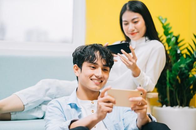 Aziatische paar spelen thuis samen, het gelukkige leven van een jonggehuwden