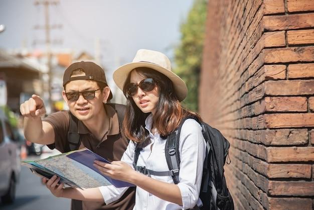 Aziatische paar toeristische stad kaart houden