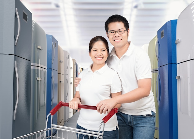 Aziatische paar winkelen koelkast in winkel winkel