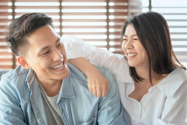 Aziatische paarliefhebbers genieten en lachen op vakantie maken samen meer quality time van geluk