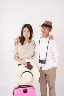 Aziatische paartoeristen genieten op witte muur