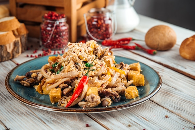 Aziatische pad thai noodle met zeevruchten en tofu