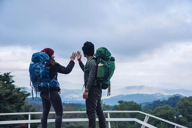 Aziatische paren reizen de natuur op de bergen in de winter. natuurlijk aanrakingsplatteland bij doi inthanon in thailand.