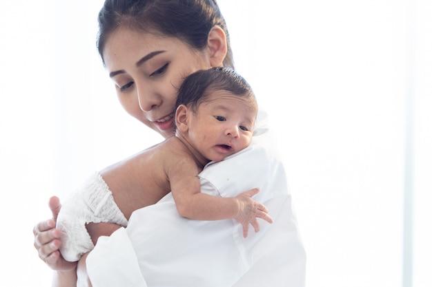 Aziatische pasgeboren baby met moeder