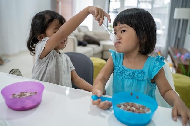 Aziatische peuter die ontbijt in de ochtend