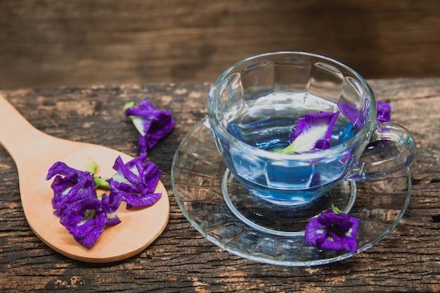 Aziatische pigeonwings of de kop het drinken van de erwt van de vlinder erwt verfrist thaise kruiddrank op hout