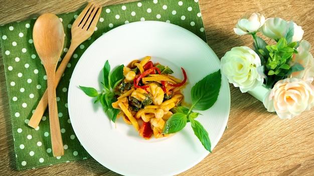 Aziatische pittige traditionele thaise keukenschotel, het aziatische concept van het maaltijdrecept