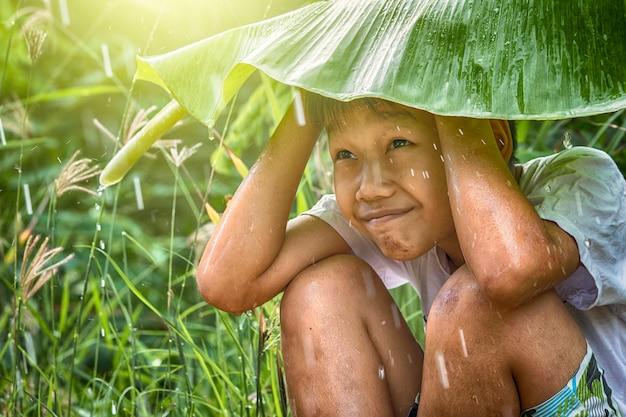 Aziatische plattelandsjongen lokaal