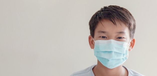 Aziatische preteen tienerjongen die medisch gezichtsmasker draagt