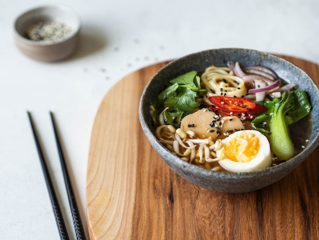 Aziatische ramen-noedels met kip, pak choikool en ei