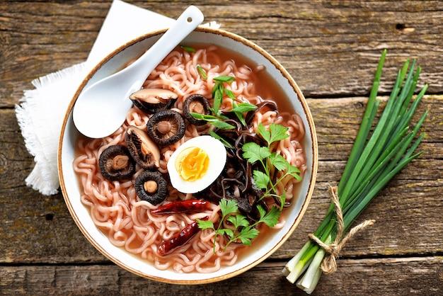 Aziatische ramen noodlesoep met champignons