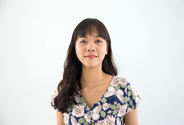 Aziatische ras vrouw gezicht geschoten vorm op witte geïsoleerde achtergrond in model concept
