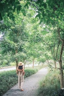 Aziatische reizende reis gelukkig in vakantiezomer. toeristische reiziger. reizende reis sightseeing toerisme concept.