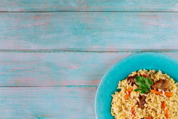 Aziatische rijst met groente en vlees.
