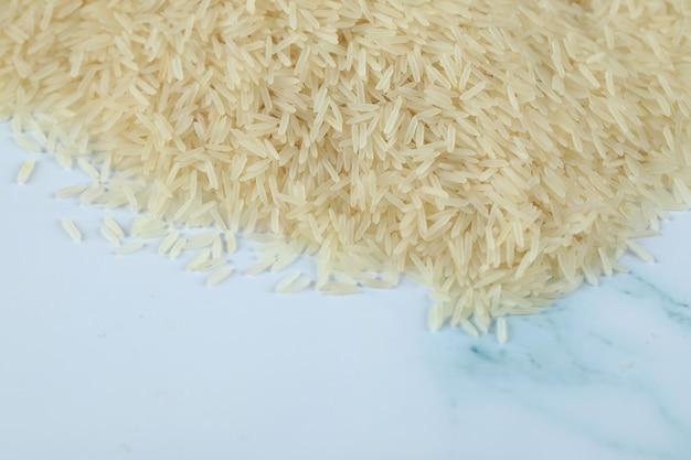 Aziatische rijst op het blauwe marmer