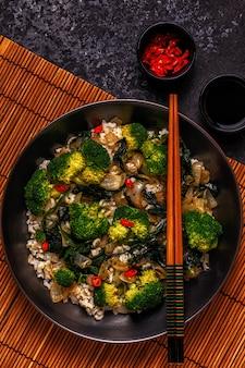 Aziatische roerbak rijst met groenten koken