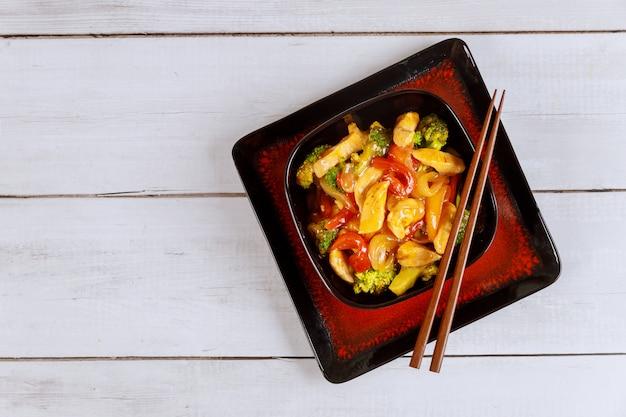Aziatische roerbak vlees met paprika, ui en broccoli in vierkante kom