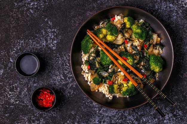 Aziatische roerbakrijst met groenten koken
