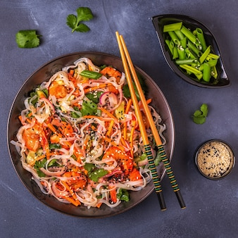 Aziatische salade met rijstnoedels, garnalen en groenten