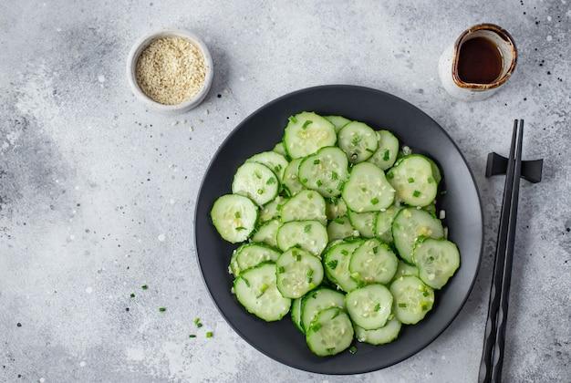Aziatische salade met verse komkommers, sesamzaadjes en kruiden