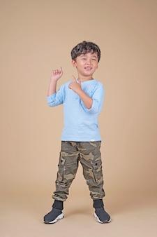 Aziatische schattige knappe kleine school jongen jongen opgewonden met vinger gebaar