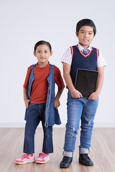Aziatische schoolkinderen die zich voordeed op camera