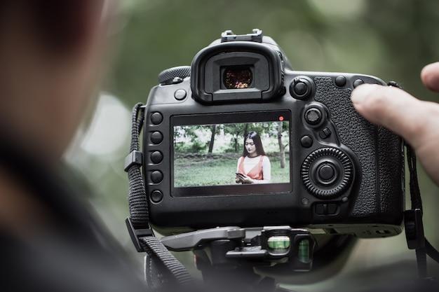 Aziatische schoonheid vlogger review smartphone tutorial vlog virale clip op live streaming en achter cameraman