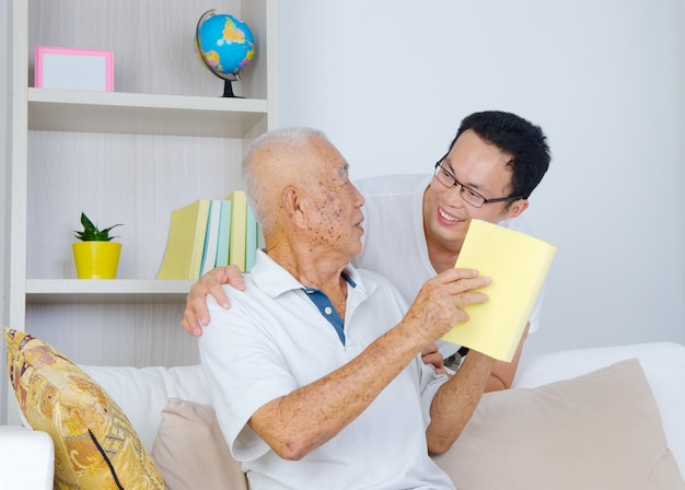Aziatische senior man en zoon