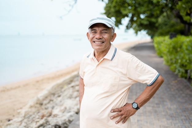 Aziatische senior man glimlachend
