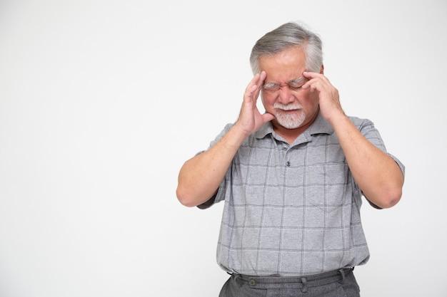 Aziatische senior man met hoofdpijn geïsoleerd op een witte achtergrond