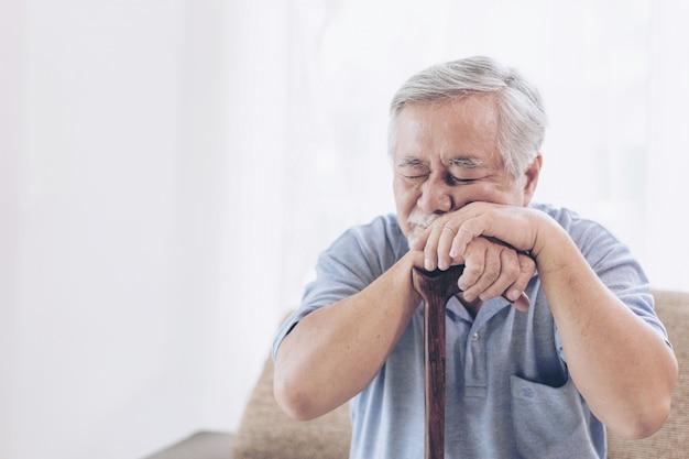 Aziatische senior man-patiënten kiespijn doet pijn - ouderen medische en gezondheidszorg concept