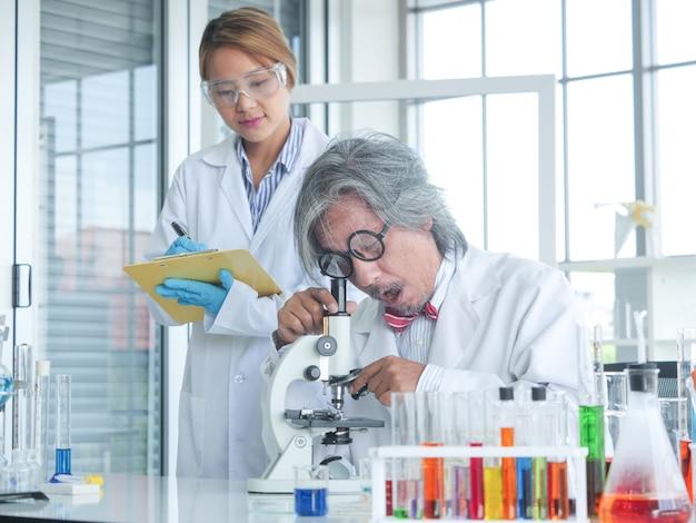 Aziatische senior medisch onderzoek wetenschapper werken op schoot