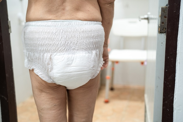 Aziatische senior of oudere oude dame vrouw patiënt met incontinentie luier in het ziekenhuis