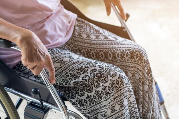 Aziatische senior of oudere oude dame vrouw patiënt op rolstoel